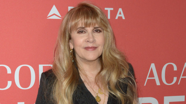 R. Kelly 'girlfriends' leap to singer's defence